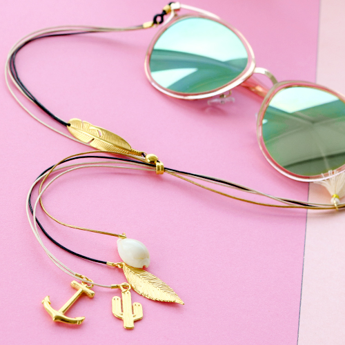 Summer proof: sunglasses cords with golden details and minimalist earrings