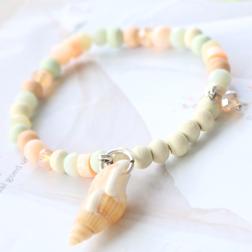 With our new wooden beads in fresh colours you can create the best jewellery with marvelous details.
